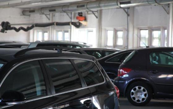 In unserer Halle sicher und videoüberwacht geparkte Autos.