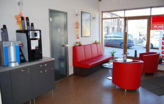 Die Wartelounge von Mein Parken mit Kaffeeautomat und Wasserspender als Service für die Urlauber.