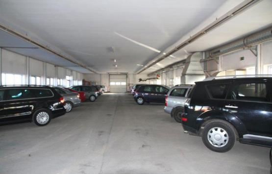 Komplettansicht des Hallenparkplatzes.