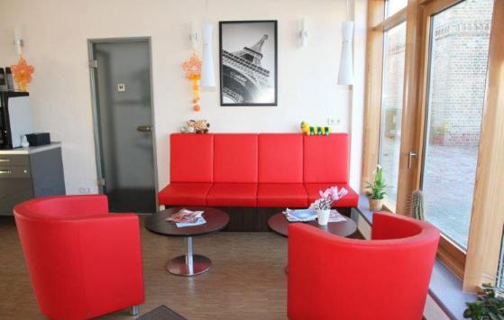 Neue bequeme Parkservice-Lounge im Bürogebäude des Parkplatzes Mein Parken am Flughafen Berlin Brandenburg | BER