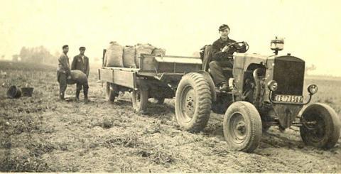 Feldarbeit um 1945 der Familie Damm mit dem Traktor.