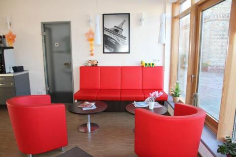 Moderner Wartebereich für Kunden mit Sitzecke, WC und Getränken in Berlin Schönefeld