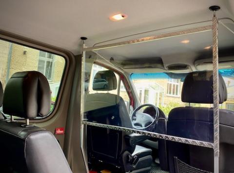 Zum Schutz unserer Gäste haben wir eine Trennwand in unserem Shuttlebus installiert.