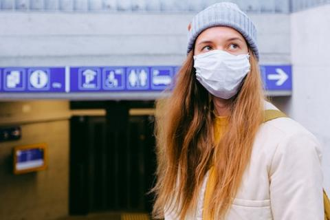 Bitte denken Sie vor der Reise an Ihren eigenen Mund-Nasen-Schutz.