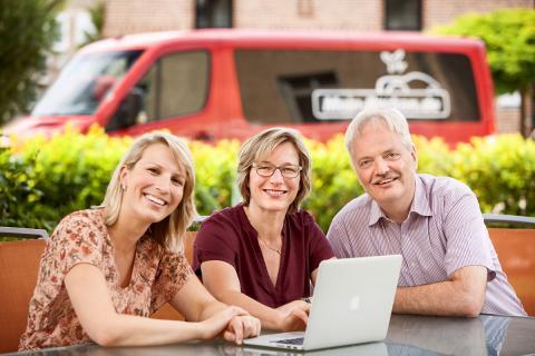 Familienportrait von Familie Damm. Parken am Flughafen Berlin Brandenburg - nur 7 Autominuten entfernt