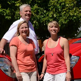 Familie Damm, Inhaber und Betreiber des Parkplatzes Mein Parken am Flughafen Schönefeld, vor den Shuttles